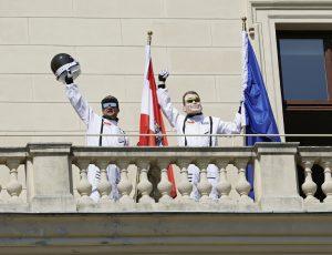 Kurt Razelli und Matthias Strolz verabschieden sich am Balkon, die Reise kann losgehen!